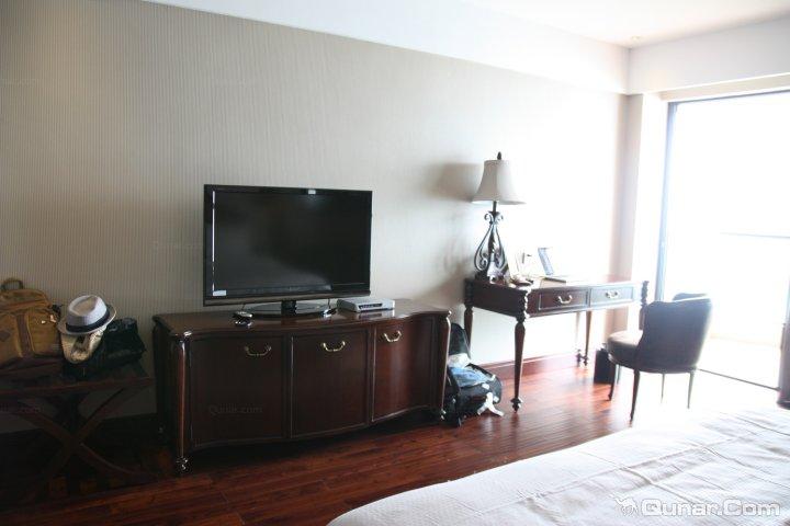 酒店优点 : 设施齐全、干净卫生、服务热情、性价比高 设施很齐全,房间很不错,景色也是相当好,酒店就建在千岛湖的旁边好环境真心很美。房间里的设施也是一应俱全的,有个简约的小厨房,我们住的是豪华湖景大床房,据说套房更舒适,下次可以体验一下。房间整体的装修很舒适,贴心,也很浪漫。我们晚上需要什毛巾啦,打火机啦打给客服马上就有服务员送过来,而且服务态度都很好。 酒店缺点 : 没有无线网,床太短了对于男生来说~! 酒店交通 : 公交方便、打车方便、停车方便 到千岛湖出行基本靠包车和自驾,希望酒店以后可以提供接送服