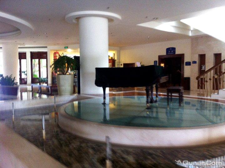 酒店还有免费赠送的夏日特饮,海边玩累了,回到酒店坐在露天茶餐厅里