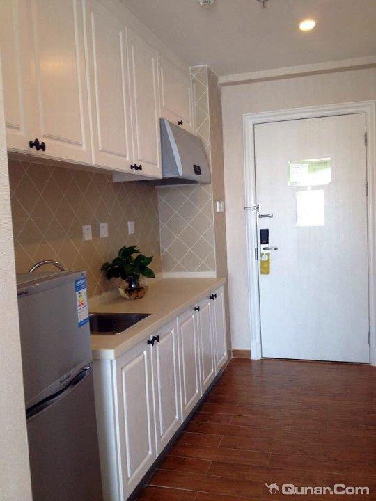 房间的设施挺齐全的,有厨房,有冰箱有电视机,还有衣柜,储物柜,鞋柜